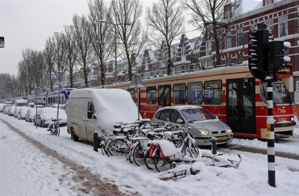 Trams vast in sneeuw