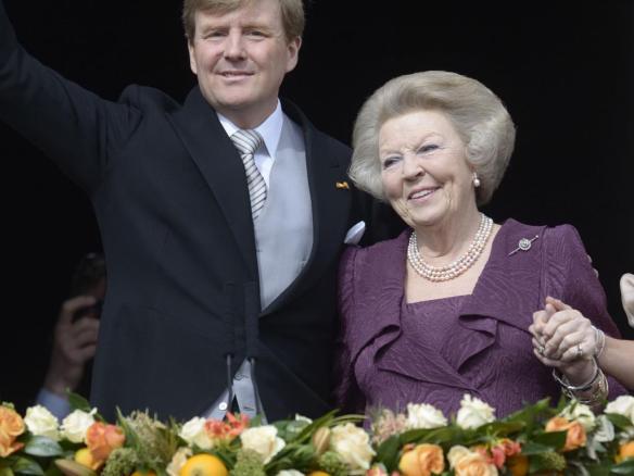 Willem Alexander en Beatrix op balkon
