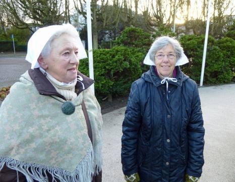 Scheveningse dames bij Monument Plein 1813