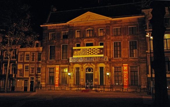 Escher Paleis bij avond
