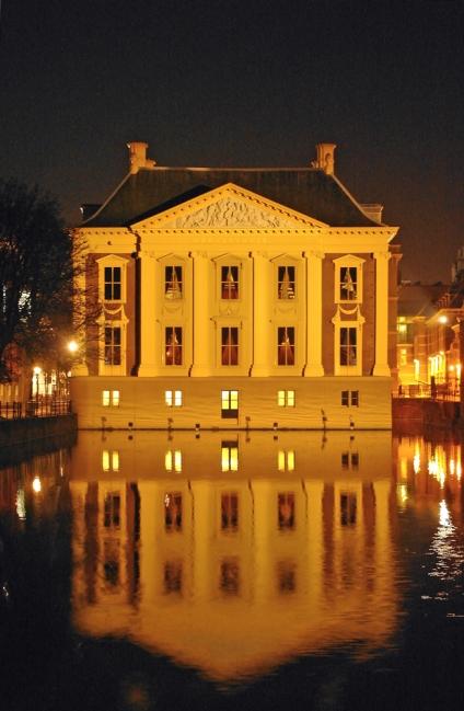 Mauritshuis bij avond