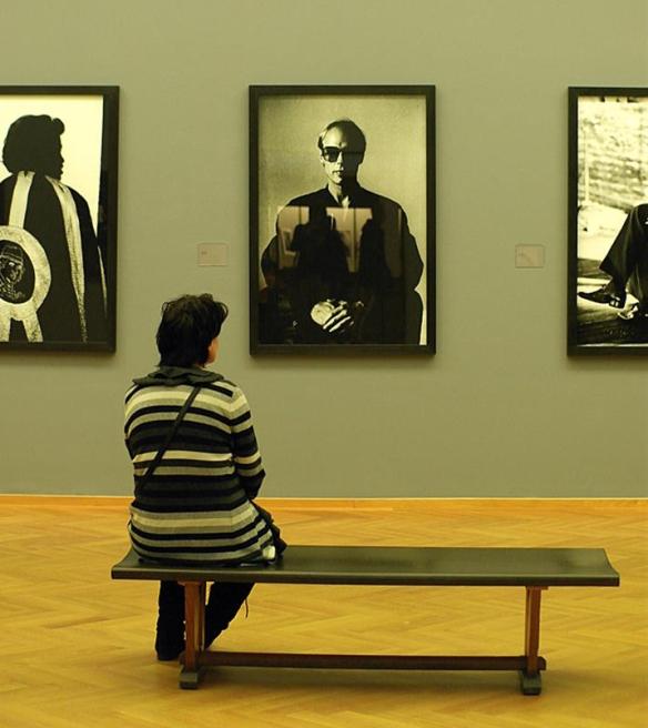 Vrouw bij foto's Anton Corbijn