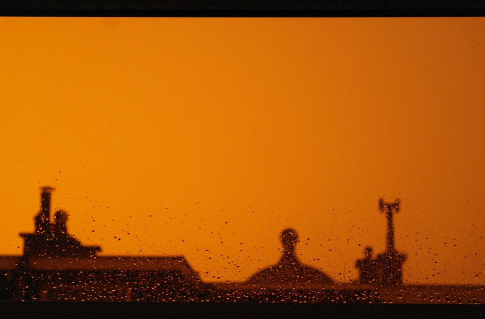 Oranje lucht tijdens noodweer