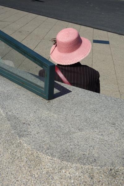 vrouw met roze hoed