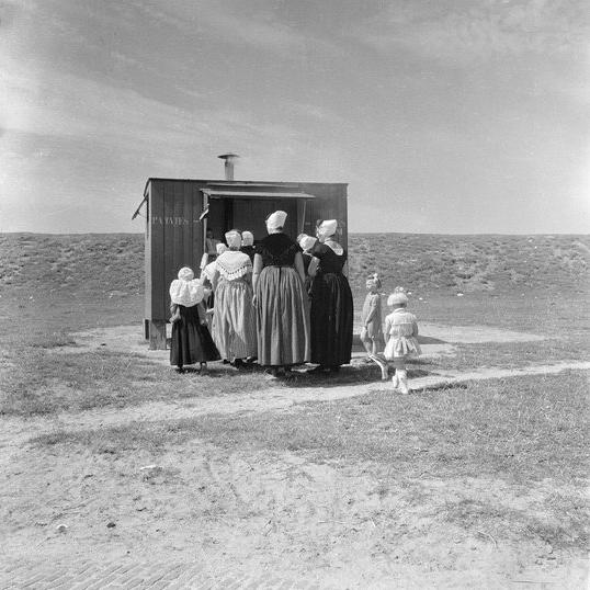 Zeeuwse meisjes bij patatkraam in Westkapelle