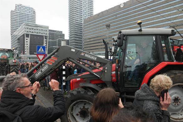 Tractor langs Centraal Station Den Haag