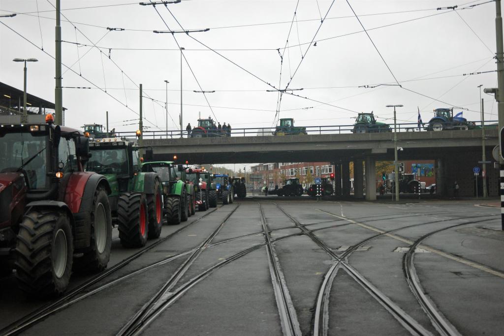Tractoren over Prins Bernhardviaduct Den Haag
