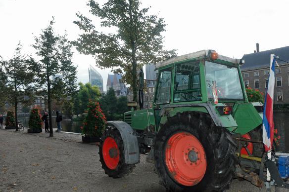 Tractor bij Binnenhof en Hofvijver