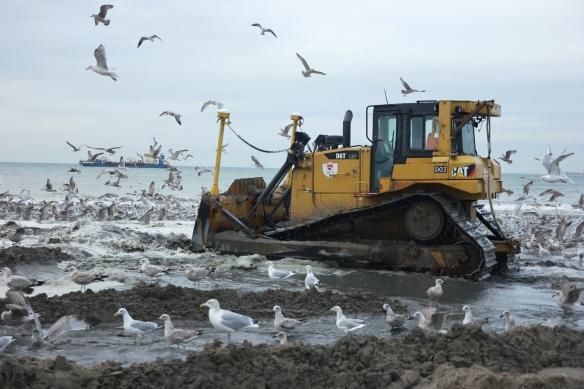 Bulldozer verplaatst zand