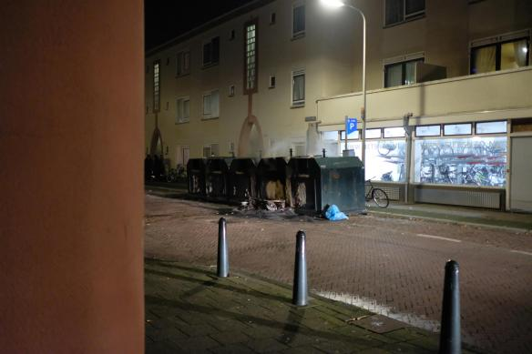 Afvalbakken in brand in Pluvierstraat Duindorp