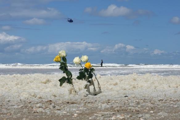 politiehelikoper boven rozen op het strand