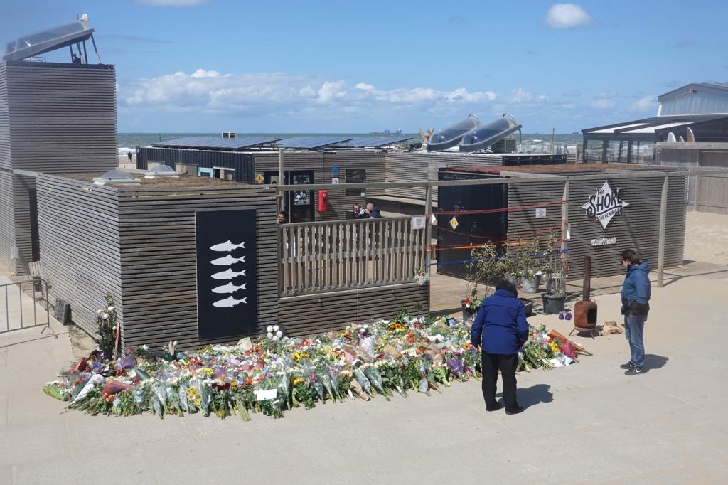 bloemen voor slachtoffers surfdrama Scheveningen