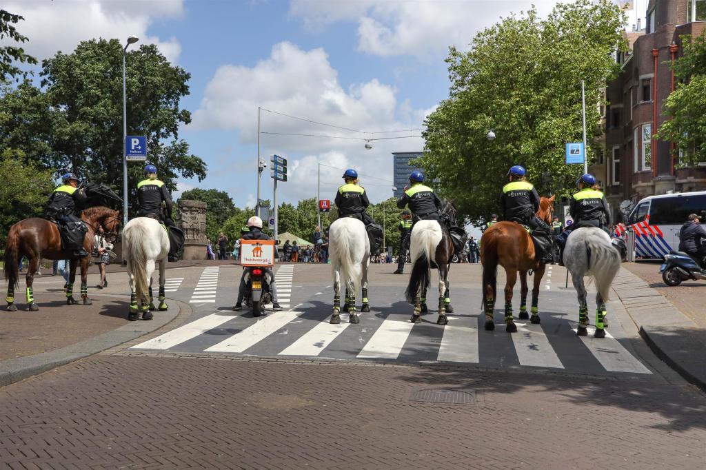 Politie te paard met scooter van Thuisbezorgd